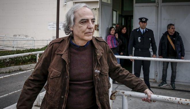 Ο Δημήτρης Κουφοντίνας, περνά την πόρτα των φυλακών Κορυδαλλού για τη δεύτερη 48ωρη άδεια που εξασφάλισε την Παρασκευή 9 Φεβρουαρίου 2018. (EUROKINISSI/ΣΤΕΛΙΟΣ ΜΙΣΙΝΑΣ)