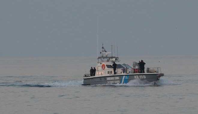 Σε ενδελεχή έλεγχο του φορτίου του υποβάλλεται στο Ηράκλειο το φορτηγό πλοίο Golendri, σημαίας Τανζανίας, το οποίο δεσμεύθηκε το πρωί της Παρασκευής 16/06 από τις λιμενικές αρχές σε όρμο των Σφακίων, ενώ 4 νταλίκες περίμεναν να παραλάβουν το φορτίο του. Υπό κράτηση τα 6 μέλη του πληρώματος, ουκρανικής καταγωγής. Το πλοίο κατέπλευσε στο Λιμάνι του Ηρακλείου περίπου στις 21.30 το βράδυ της Παρασκευής 16 Ιουνίου 2017, συνοδευόμενο από σκάφος του Λιμενικού Σώματος. Στην Κρήτη, λόγω της σοβαρότητας της υπόθεσης, έχει φτάσει και κλιμάκιο από το αρχηγείο του Λιμενικού, το οποίο φαίνεται να είχε επί μέρες υπό παρακολούθηση το πλοίο και επενέβη όταν προσέγγισε τις ακτές των Σφακίων.  Σύμφωνα με τα χαρτιά του πλοίου είχε φορτώσει από το Μαυροβούνιο και είχε προορισμό τη Λιβύη. Στον όρμο των Σφακίων ήταν έτοιμο να ξεφορτώσει το φορτίο σε τέσσερα φορτηγά οχήματα, δύο με ελληνικές και δύο με βουλγαρικές πινακίδες, τα οποία εντοπίστηκαν σε ερημική περιοχή, ενώ οι οδηγοί τους είχαν προλάβει να τα εγκαταλείψουν διαφεύγοντας τη σύλληψη.  (EUROKINISSI)