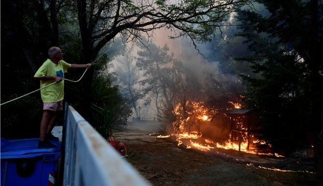 Στιγμιότυπο από την πυρκαγιά στη Βαρυμπόμπη