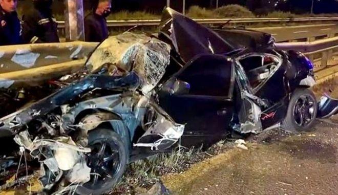 Σμπαράλια έχει το αυτοκίνητο μετά από σύγκρουση στις μπαριέρες
