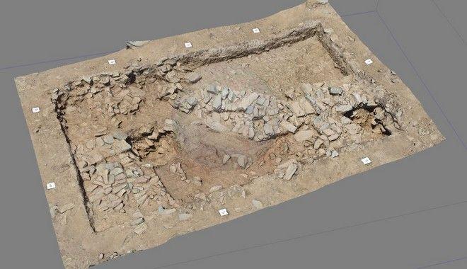 Φωτογραφία που δόθηκε σήμερα στη δημοσιότητα και εικονίζει  λιθόκτιστους τοίχους. Ένας σημαντικός προϊστορικός οικισμός αποκαλύπτεται έπειτα από συστηματική ανασκαφική έρευνα δύο ετών στη θέση «Γκουριμάδι», στα περίχωρα της Καρύστου. Ο οικισμός, μία εγκατάσταση που ιδρύθηκε σε μια φυσικά οχυρή θέση, καταλαμβάνει τμήμα του ομώνυμου βραχώδους λόφου που βρίσκεται στα όρια της πεδιάδας του Κατσαρωνίου. Οι εργασίες, που έως τώρα επικεντρώνονται στο πλάτωμα της κορυφής του λόφου και στο νότιο κομμάτι αυτής έχουν αποδώσει ενδιαφέροντα αρχιτεκτονικά και άλλα ακίνητα κατάλοιπα, καθώς επίσης και πλήθος κινητών ευρημάτων. Συγκεκριμένα, στο πλάτωμα της κορυφής αποκαλύφθηκαν πολυάριθμοι, ευθύγραμμοι και καμπύλοι, λιθόκτιστοι τοίχοι οι οποίοι με βάση την στρωματογραφική τους συνάφεια μπορούν να αποδοθούν σε διαφορετικές αρχιτεκτονικές φάσεις της προϊστορικής κατοίκησης.