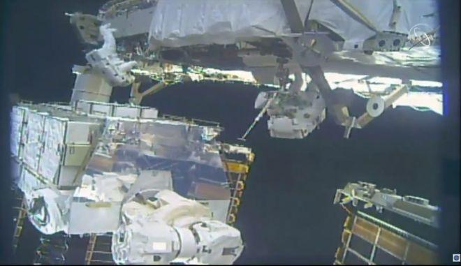 Η Jessica Meir (δεξιά) και η Christina Koch αλλάζουν τις μπαταρίες στον Διεθνή Διαστημικό Σταθμό.