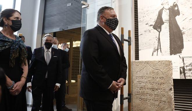 Ο υπουργός Εξωτερικών των ΗΠΑ Μάικ Πομπέο κατά τη διάρκεια της επίσκεψής του στο Εβραϊκό Μουσείο Θεσσαλονίκης
