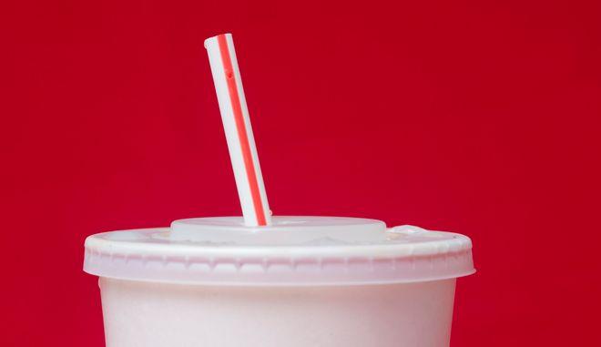 Η απαγόρευση των πλαστικών μίας χρήσης, ανάμεσα τους και τα πλαστικά καλαμάκια είναι πλέον παγκόσμια τάση
