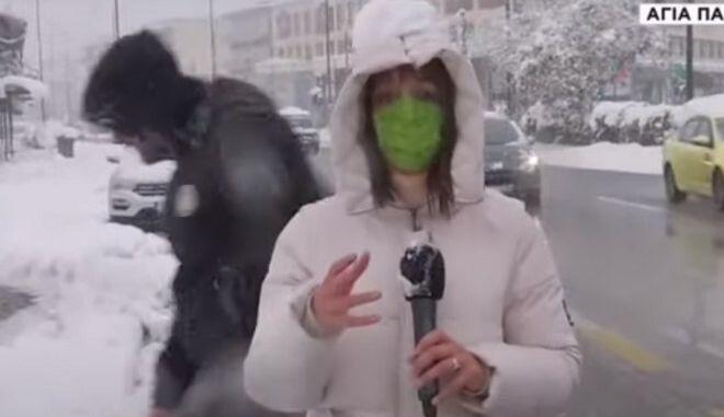 """Κακοκαιρία """"Μήδεια"""": Ρεπόρτερ του ΣΚΑΪ δέχθηκε """"επίθεση"""" με χιονόμπαλες"""