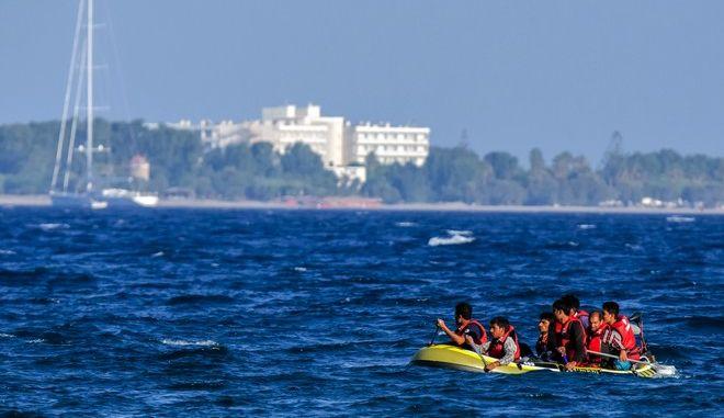 Μετανάστες από το Πακιστάν κωπηλατώντας σε φουσκωτή βάρκα φτάνουν σε παραλία της Κω το πρωΐ της Παρασκευής 21 Αυγούστου 2015.  (EUROKINISSI)