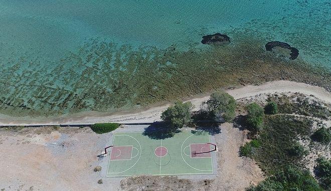 Ελαφόνησος: Το πιο εξωτικό γήπεδο μπάσκετ της Ελλάδας