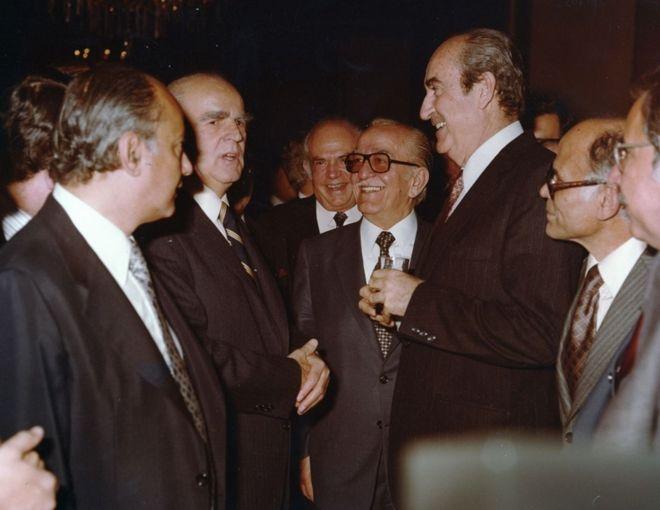Ο Κ. Μητσοτάκης με τον Κ. Καραμανλή στο Β΄ Πανελλήνιο Εξαγωγικό Συνέδριο, 17-18/3/1980