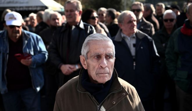 Pensioners protest  about the cuts and the risk of further reductions to pensions, health and social benefits, in Athens, on January 19, 2016. /                ,      ,  ,  19 , 2016.