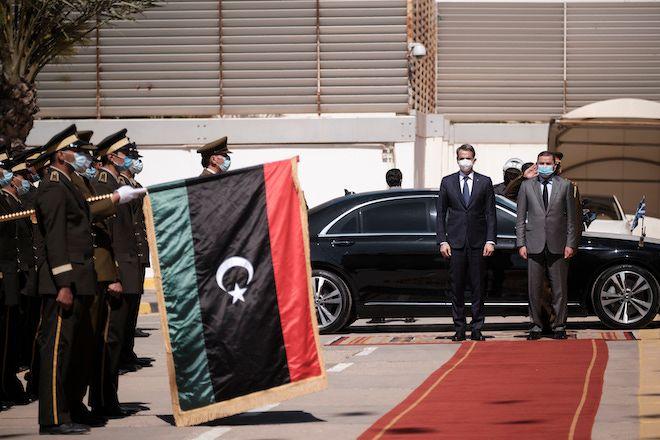 Ο πρωθυπουργός της Μεταβατικής Κυβέρνησης Εθνικής Ενότητας της Λιβύης Abdul Hamid Dbeibeh υποδέχεται τον πρωθυπουργό Κυριάκο Μητσοτάκη στην Τρίπολη, 6 Απριλίου 2021.