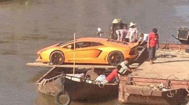 Δύο Lamborghini Aventador ταξιδεύουν πάνω σε σχεδίες