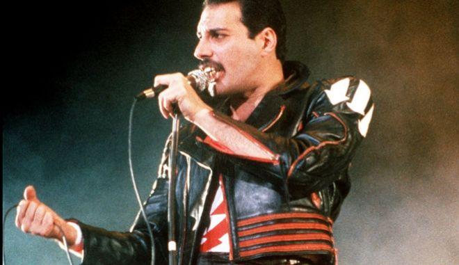 Ο Φρέντι Μέρκιουρι με τους Queen σε συναυλία στο Σίδνεϊ