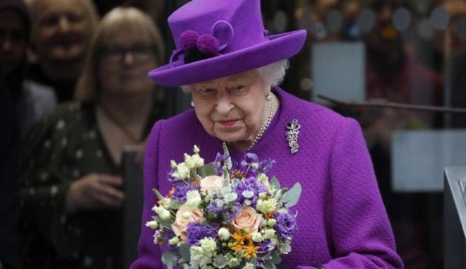 Κορονοϊός: Η βασίλισσα Ελισάβετ αποσύρεται στο Ουίνδσορ