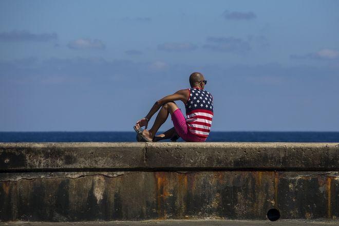 Ένας άνδρας φοράει μπλουζάκι με την αμερικανική σημαία, στη Μαλεκόν, στην Αβάνα, την πρώτη ημέρα των εκλογών για το διάδοχο του Κάστρο (AP Photo/Desmond Boylan)