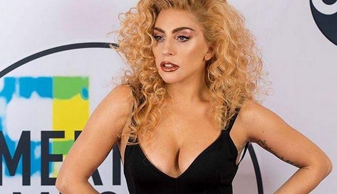 Καυτές ευχές από τη Lady Gaga με μια σχεδόν γυμνή εμφάνιση
