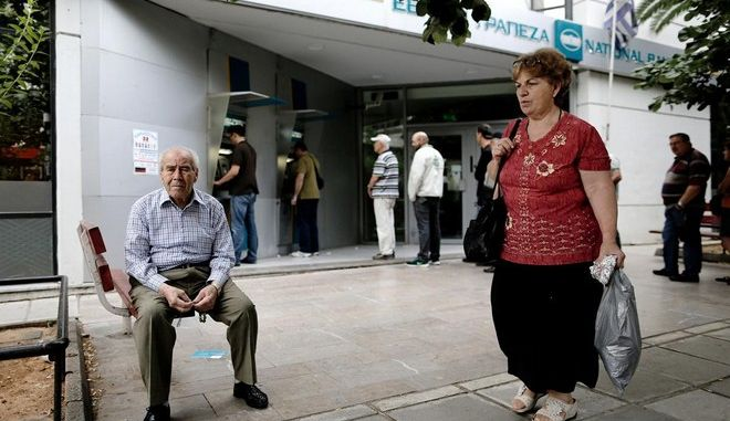 People queue at bank Automatic Teller Machines, after the announcement of a referendum for July 5 by the greek Prime Minister Alexis Tsipras, to decide whether or not Greece is to accept the measures proposed by the European Union (EU), the International Monetary Fund (IMF) and the European Central Bank (ECB), in Thessaloniki on 27 June, 2015 /         ,        5      ,                    (),     ()     ,    27 , 2015