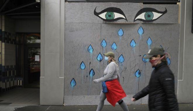 Πολίτες με μάσκες περπατούν στις ΗΠΑ(AP Photo/Ted S. Warren)