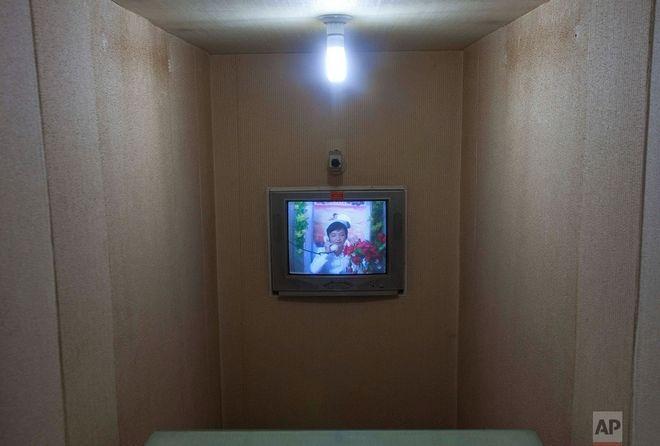Νοσοκόμα επικοινωνεί με γιατρό μέσω βιντεοκλήσης σε μαιευτήριο της Πιονγιανγκ