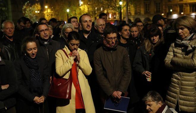 Φωτιά στην Παναγία των Παρισίων: Σοκ, θλίψη, απόγνωση