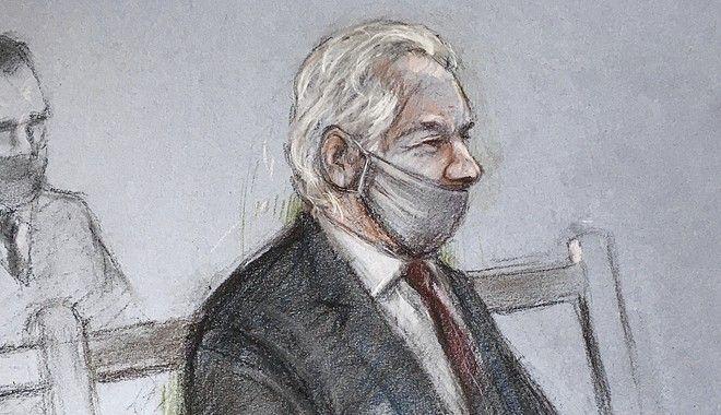 O Aσάνζ στο σκίτσο της Ελίζαμπεθ Κουκ, από τη δίκη της 4ης Ιανουαρίου του 2021.