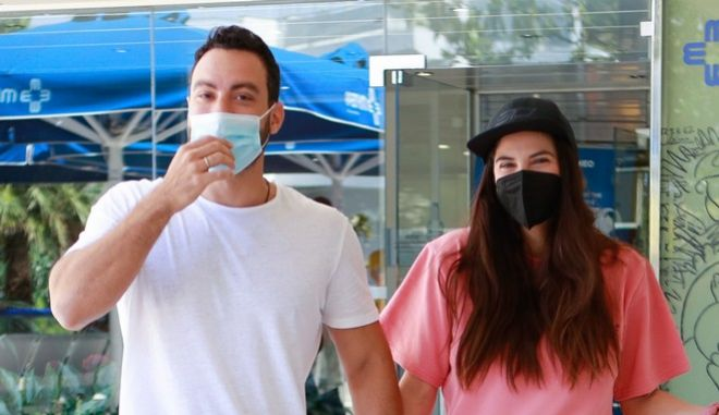 Ο Σάκης Τανιμανίδης και η Χριστίνα Μπόμπα έξω από το μαιευτήριο