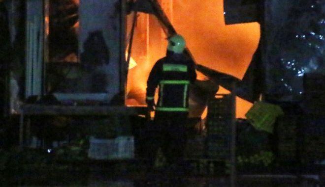 ΑΡΓΟΣ-Μεγάλη πυρκαγιά ξέσπασε από άγνωστους μέχρι στιγμής λόγους στο κτίριο της ΒΙΟΚΑΡΠΟΣ ΕΠΕ στο Μαλαντρένι. Σύμφωνα με τις πρώτες  πληροφορίες πρόκειται για ολοσχερή καταστροφή του κτιρίου. Στο σημείο επιχειρούν  οχήματα από την Πυροσβεστική Υπηρεσία Άργους και  Ναυπλίου// ΒΙΝΤΕΟ  http://youtu.be/Yb6b-Tc4DGw (EUROKINISII-ΒΑΣΙΛΗΣ ΠΑΠΑΔΟΠΟΥΛΟΣ)