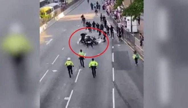 Σκηνές ωμής βίας στο Χονγκ Κονγκ: Αστυνομικός προσπαθεί να πατήσει διαδηλωτές με τη μηχανή του