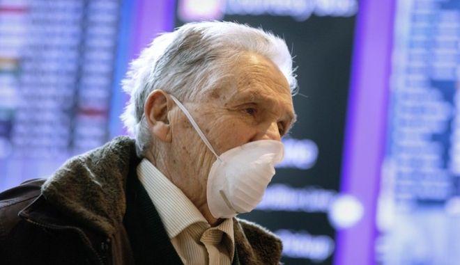 Ηλικιωμένος με μάσκα