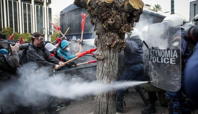Ένταση μεταξύ της Αστυνομίας και διαδηλωτών εκαπιδευτικών στην διαμαρτυρία της ΟΛΜΕ και ΔΟΕ ενάντια στο νομοσχέδιο του Υπ. Παιδείας την Δευτέρα 14 Ιανουαρίου 2019
