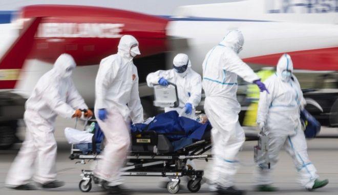 Νοσηλευτές μεταφέρουν άρρωστο, στη Δρέσδη της Γερμανίας.