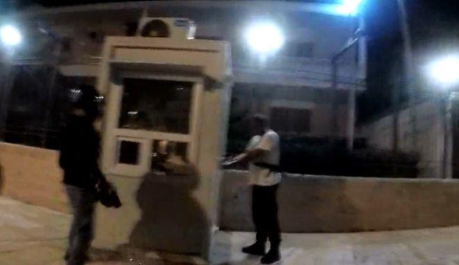 Καρέ από το βίντεο της επίθεσης Ρουβίκωνα στην πρεσβεία του Ιράν