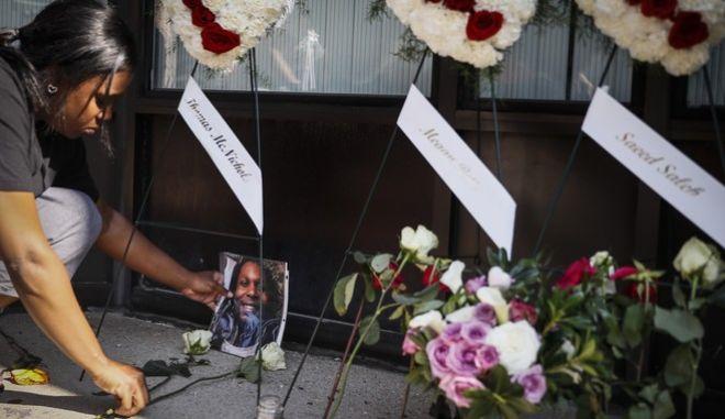 Λουλούδια και κεριά για τα θύματα της επίθεσης στο Οχάιο