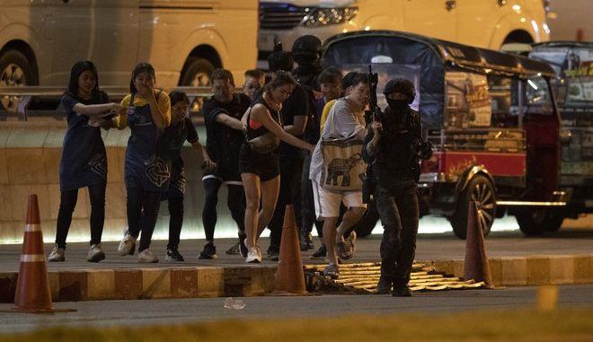 Αστυνομικοί βγάζουν ανθρώπους από εμπορικό κέντρο που είχε δεχτεί επίθεση από στρατιώτη