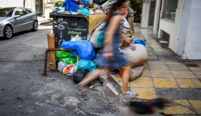 Λόφους σε πολλές γειτονιές της Αθήνας σχηματίζουν τα σκουπίδια