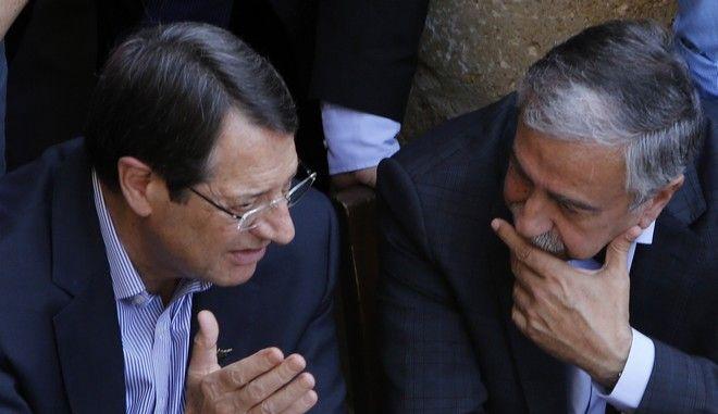 Ο Πρόεδρος της Κυπριακής Δημοκρατίας Νίκος Αναστασιάδης και ο Τουρκοκύπριος ηγέτης Μουσταφά Ακιντζί σε συνάντησή τους το 2015 στη Λευκωσία