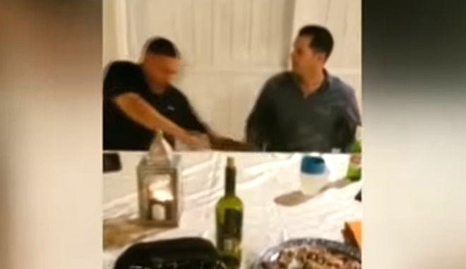 Άντρας δέχεται σφαίρα σε γιορτινό τραπέζι και όλοι νομίζουν ότι τους κάνει πλάκα