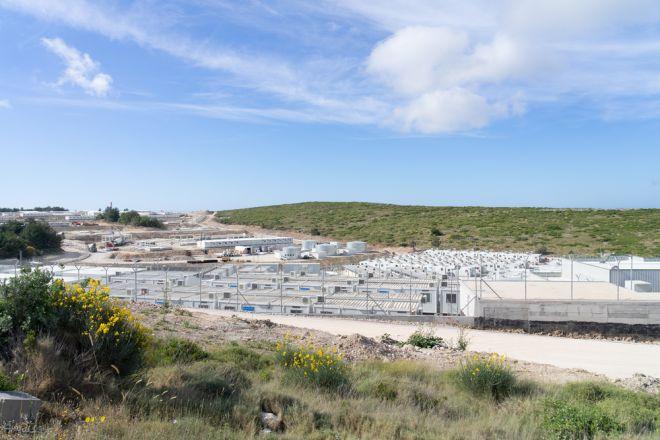 Ένα καινούργιο κέντρο υποδοχής, μόλις 5 χλμ. από το Βαθύ, χτίζεται στη Σάμο. Βρίσκεται στη μέση του πουθενά κι έχει σχεδιαστεί για να φιλοξενήσει έως και 3.000 άτομα.