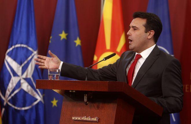 Ο πρωθυπουργός της Βόρειας Μακεδονίας, Ζόραν Ζάεφ, μιλά μετά την κύρωση της συμφωνίας των Πρεσπών, έχοντας στο φόντο τη σημαία της χώρας του,καθώς και εκείνη του ΝΑΤΟ και της ΕΕ
