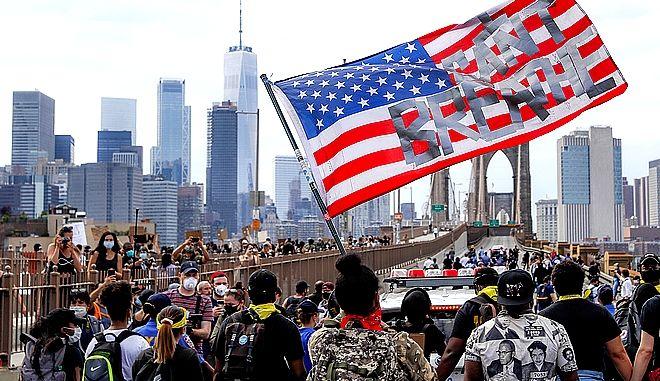 To κεντρικό σύνθημα των ημερών στη σημαία των ΗΠΑ
