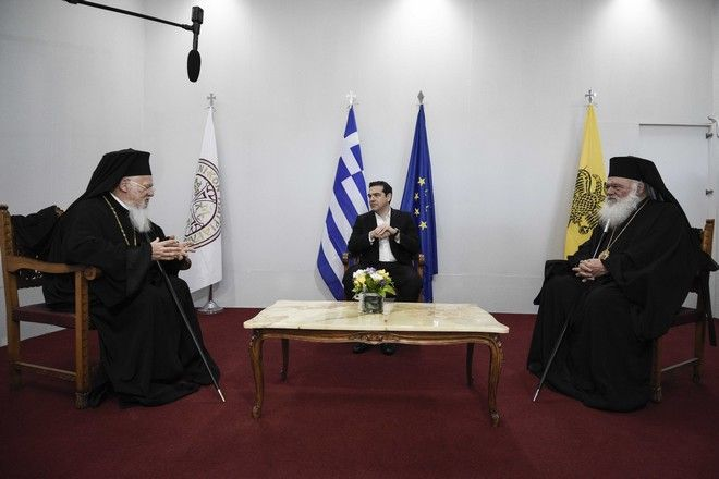 Στιγμιότυπο από την τριμερή συνάντηση του Πρωθυπουργού Αλέξη Τσίπρα με τον Οικουμενικό Πατριάρχη Βαρθολομαίο και τον Αρχιεπίσκοπο Ιερώνυμο στο αεροδρόμιο της Λέσβου,λίγο πρίν την άφιξη του Πάπα Φραγκίσκου στο νησί,Σάββατο 16 Απριλίου 2016 (EUROKINISSI/ΓΡ.ΤΥΠΟΥ ΠΡΩΘΥΠΟΥΡΓΟΥ ANDREA BONETTI)