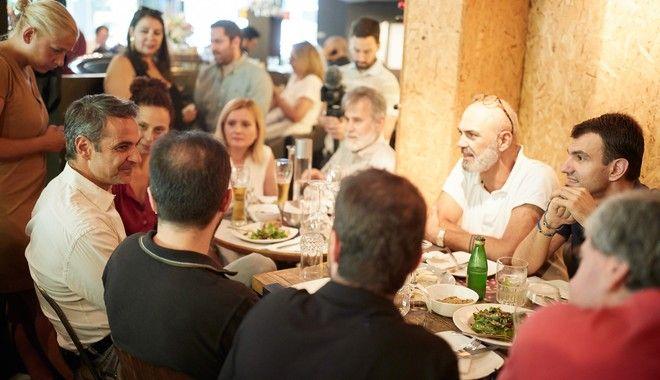 Γεύμα του προέδρου της Νέας Δημοκρατίας Κυριάκου Μητσοτάκη με δημοσιογράφους και συνεργάτες σε κατάστημα στο Παγκράτι