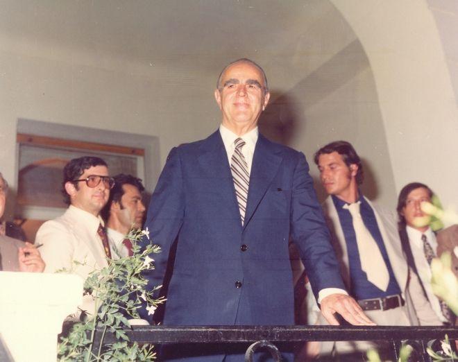 Ο Κωνσταντίνος Καραμανλής εγκαινιάζει το κτίριο της Νέας Δημοκρατίας στην οδό Ρηγίλλης το 1975