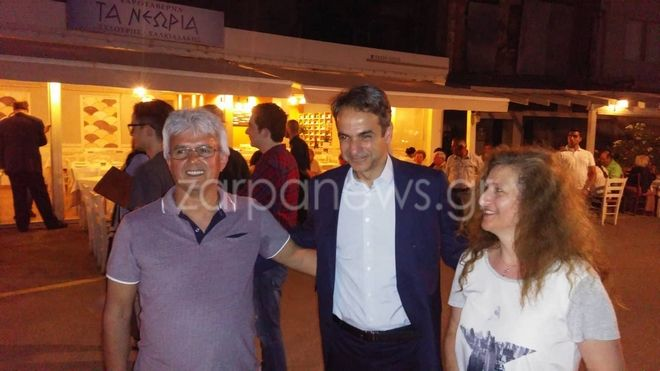 Φωτογραφίες: Όλη η οικογένεια Μητσοτάκη στο παλιό λιμάνι των Χανίων