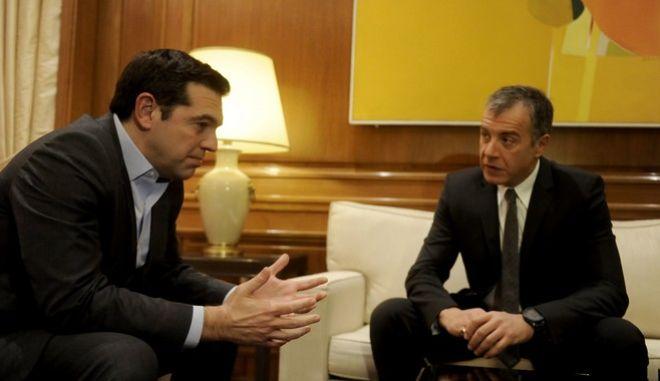 """Στιγμιότυπο απο την συνάντηση του Πρωθυπουργού Αλέξη Τσίπρα με τον επικεφαλής του κινήματος """"ΤΟ ΠΟΤΑΜΙ"""" Σταύρο Θεοδωράκη,στα πλαίσια της ενημέρωσης των πολιτικών αρχηγών για το Κυπριακό,Δευτέρα 9 Ιανουαρίου 2017 (EUROKINISSI/ΤΑΤΙΑΝΑ ΜΠΟΛΑΡΗ)"""