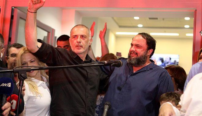 Γιάννης Μώραλης και Βαγγέλης Μαρινάκης στο εκλογικό κέντρο του Δημάρχου Πειραιά