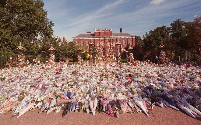 Πλήθος κόσμου άφηνε λουλούδια τις επόμενες μέρες του θανάτου της