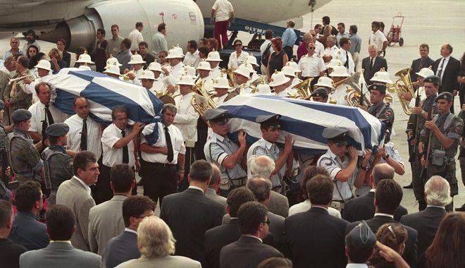 Όταν έφτασαν τα φέρετρα στο αεροδρόμιο του Ελληνικού.