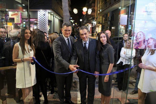 Από αριστερά προς τα δεξιά: Ο Διευθύνων Σύμβουλος της Forhnet, κ. Πάνος Παπαδόπουλος και ο επικεφαλής καταστήματος Nova στη Λάρισα, κ. Κώστας Γκουντέλος, εγκαινιάζουν το νέο υπερσύγχρονο κατάστημα.