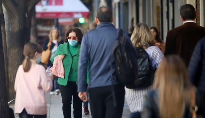 Πολίτες με μάσκα στην Αθήνα