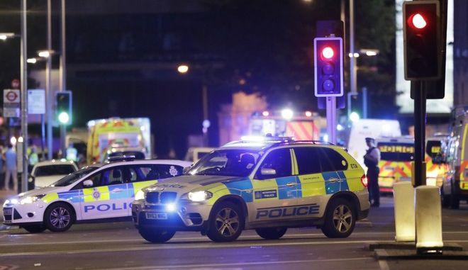 Επίθεση στο Λονδίνο: Φορτηγό έπεσε σε πεζούς. Τρομοκράτες μαχαίρωσαν περαστικούς